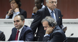 Sepp Blatter (haut) passe derrière le Prince Ali (gauche) et Michel Platini (droite) lors du congrès de la FIFA en mai 2015
