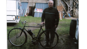 Dominique Nancy dont le vieux cyclo de collection a été verbalisé pour stationnement gênant à Epinay-sur-Seine, où il dit n'avoir jamais mis les pieds.
