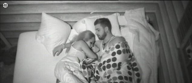 Emilie et Vincent s'endorment, enlacés.
