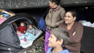 Un campement de quelque 300 demandeurs d'asile albanais sous l'autopont de Perrache, à Lyon.