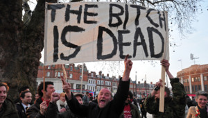 """Détracteurs de Margaret Thatcher """"fêtant"""" sa mort, Londres, 8/4/13"""
