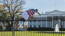 Il s'introduit dans l'enceinte de la Maison-Blanche.