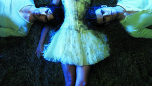 The Vampire Diaries - Saison 2. Série créée par Créée par Kevin Williamson, Julie Plec en 2009. Avec : Nina Dobrev, Paul Wesley, Ian Somerhalder et Steven R. Mcqueen.