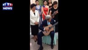 John Kerry joue de la guitare acoustique