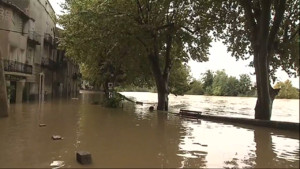Le 20 heures du 10 octobre 2014 : Inondations dans le Gard : les habitants se pr�rent �ne nouvelle mont�des eaux - 506.5340202331543