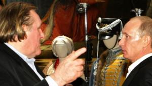 2010 : Gérard Depardieu visite le musée russe de Saint-Petersbourg avec Vladimir Poutine.