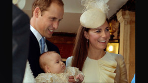 Kate Middleton, le Prince William et leur fils George lors de son baptême, le 23 octobre 2013 à Londres.