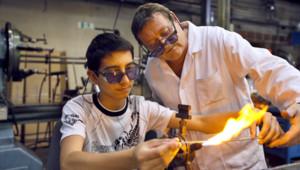 Un employé donne des instructions à un jeune travailleurs dans une entreprise à Joinville-le-Pont.