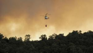 Incendies en Espagne : un hélicoptère survolant la forêt en feu non loin de La Jonquère (23 juillet 2012)