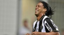 Le footballeur brésilien Ronaldinho, célèbre un brut inscrit avec son club de l'Atletico Mineiro, le 3 avril 2013.