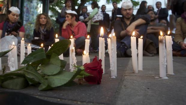 Bougies allumées en hommage aux victimes d'un attentat commis contre un lycée de Brindisi, au sud de l'Italie (19 mai 2012)