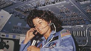 L'Américaine Sally Ride, première femme dans l'espace, photographiée en 1983 dans la navette Challenger