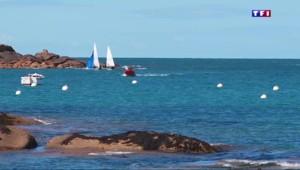 Sur la Côte de Granit Rose, les vacanciers profitent d'un décor digne de carte postale
