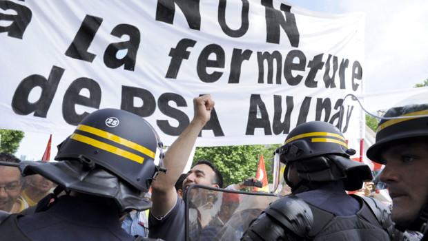 Des ouvriers de l'usine d'Aulnay-sous-Bois PSA manifestent à Paris le 28 juin 2012.