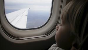 Un enfant dans un avion.