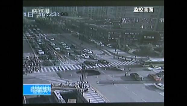 Un trou géant engloutit un carrefour routier en Chine, des caméras capturent la scène