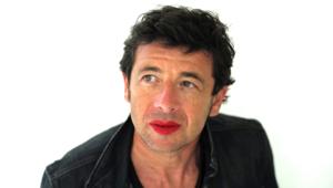 """Le chanteur Patrick Bruel participe à l'édition 2014 de """"Mettez du rouge"""", un engagement contre les violences faites aux femmes."""