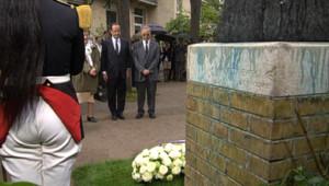 François Hollande dépose une gerbe au pied de la statue de Pierre et Marie Curie à l'Institut du même nom. Le 15 mai 2012