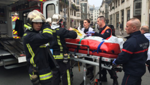 Un blessé évacué après l'attentat au siège de Charlie Hebdo, le 7 janvier 2015