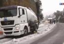 Camion en travers d'une route enneigée (archive)