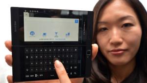 """Le smartphone double-écran """"Medius W N-05E"""" du Japonais NEC"""