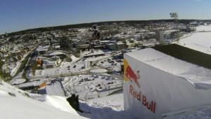 Daniel Bodin réalise un long vol en motoneige sur un tremplin de saut à ski