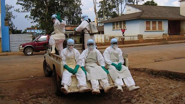 Cette photo, datant d'avril 2005, montre cinq guinéens tentant de se protéger du virus Ebola