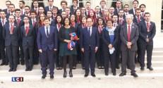 Olympiades des métiers : les participants entonnent leur cri de guerre sur le perron de l'Élysée