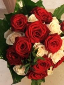 bouquet-de-la-mariee-rond-avec-roses-ivoires-beno-it-guyard-beno-2438304_110