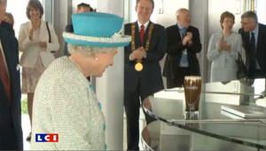 Elizabeth II visite la brasserie Guinness, sans goûter la bière