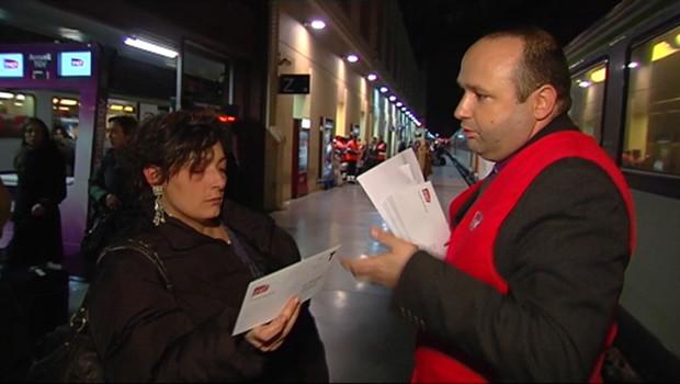 Emplyé de la SNCF distribuant des formulaires de demande de remboursement (28/12/2010)