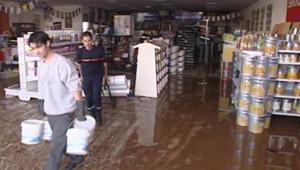 TF1/LCI - Des pompiers déblayent la zone industrielle de Fréjus inondée, le 4 décembre 2006