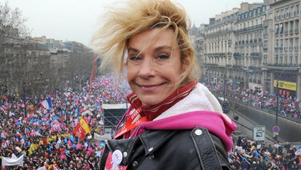 http://s.tf1.fr/mmdia/i/30/6/frigide-barjot-a-la-manif-pour-tous-le-24-mars-10890306oonot_1713.jpg?v=1