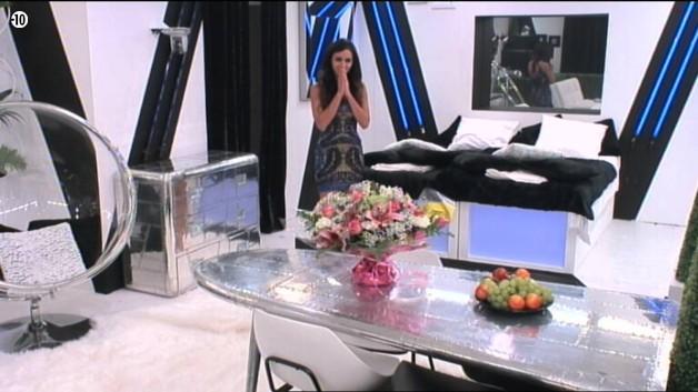 Pendant ce temps, Leila découvre la salle secrète où elle va évoluer pendant une semaine.