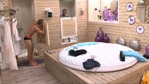 Vivian et Steph plaisantent dans la salle de bains.