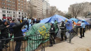 """La police de Washington évacuant un campement du mouvement """"Occupy"""" (4 février 2012)"""