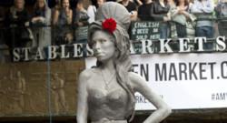 La statue de bronze d'Amy Winehouse dévoilée à Camden, dans le nord de Londres, le 14 septembre 2014