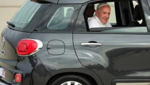 Le pape François se déplace en Fiat 500 L dans les rues de Washington DC, le 22 septembre 2015.