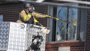 Les policiers tentent toujours d'entrer dans l'appartement que James Holmes occupait dans une résidence d'Aurora, banlieue de Denver.