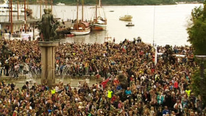 Des dizaines de milliers de Norvégiens rassemblés le 25 juillet 2011 à Oslo en hommage aux victimes de la tuerie