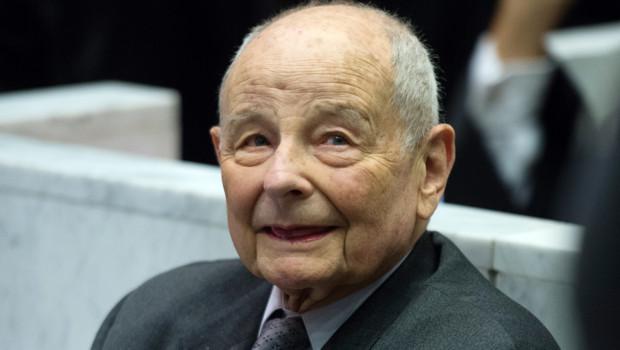 Le premier procès pénal du Mediator visant les Laboratoires Servier s'est ouvert lundi 14 mai 2011 à Nanterre, en présence du fondateur, Jacques Servier.