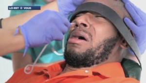 Le rappeur et acteur américain Mos Def a été filmé en train d'être alimenté de force en signe de solidarité avec les prisonniers de Guantanamo.