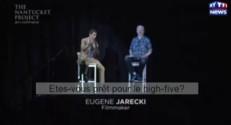 """Julian Assange en hologramme tente un """"high five"""""""
