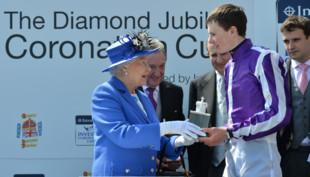 Elizabeth II remet le trophée du vainqueur du Derby d'Epsom, le 2 juin 2012.