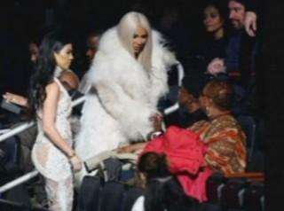 Kanye West présente sa nouvelle collection, qui est cette blonde à ses côtés ?