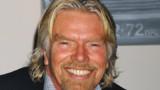 Richard Branson en hôtesse de l'air : il va enfin tenir son pari