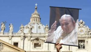 Portrait de Jean-Paul II brandi par des fidèles au Vatican, le 2 avril 2008.
