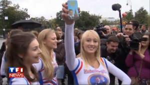"""Des """"Medvedev girls"""" en jupette offrent un iPhone au président"""