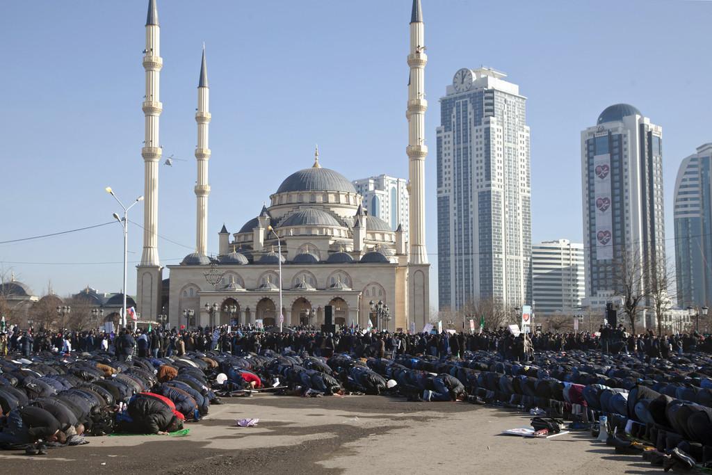Charlie Hebdo : 800.000 manifestants à Grozny, le drapeau français ... - TF1