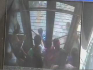 Chine : son sac coincé dans les portes du bus, un écolier traîné sur plusieurs mètres
